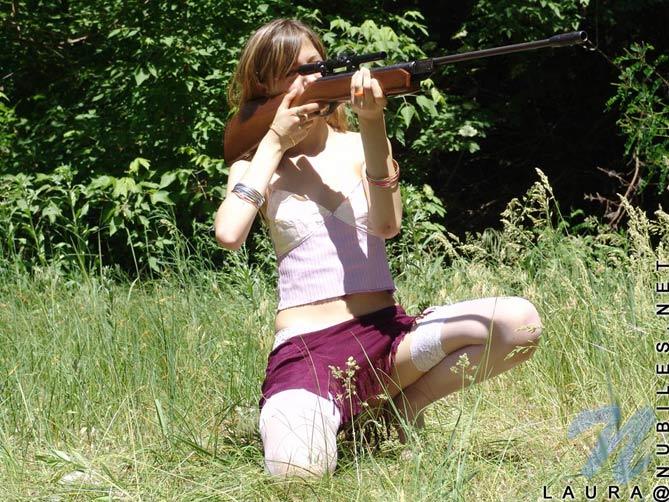 Laurita apunta y dispara