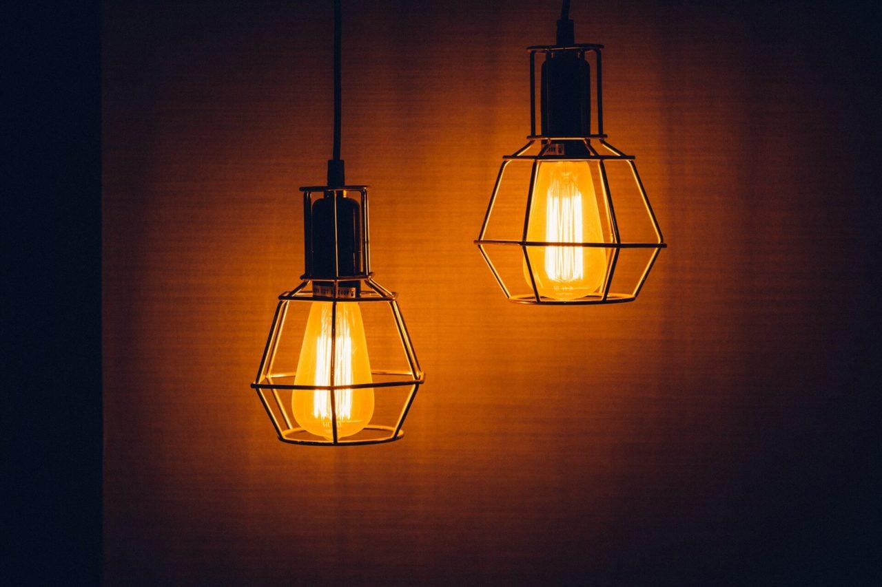 ¿Por qué las polillas son atraídas por las luces artificiales?